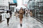 [Photo] Hoa hậu Tiểu Vy 'thả dáng' cực chất trên đường phố Nhật Bản