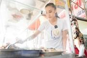 [Photo] Á hậu Kim Duyên giản dị phụ gia đình bán cơm ngày về thăm nhà