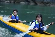 [Photo] Chèo thuyền kayak trên vịnh Lan Hạ tuyệt đẹp giữa mùa Đông