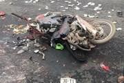 Container lật ngang đường, đè lên xe máy khiến 4 người thương vong