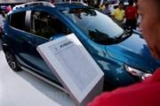[Video] Hàng nghìn người đến chiêm ngưỡng và đặt mua xe Vinfast