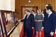 Thủ tướng thăm Trưng bày ảnh của TTXVN về hội nhập quốc tế