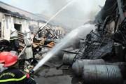 [Photo] Cận cảnh lính cứu hỏa xông pha dập tắt đám cháy ở Long Biên