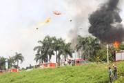 Vụ cháy ở Long Biên: Một số thùng phuy phát nổ, bay lên không trung