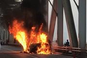 Hình ảnh vụ cháy xe Range Rover trên cầu Chương Dương