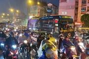 [Photo] Mưa lớn kéo dài, các tuyến đường ở Hà Nội lại ùn tắc