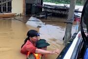 Xúc động hình ảnh lực lượng cứu nạn nỗ lực cứu người trong mưa lũ