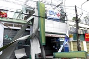 Bão số 9 giật tung các biển quảng cáo trên đường phố Quảng Ngãi
