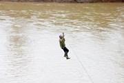 Hình ảnh người dân liều mình đu dây qua sông Pô Kô ở Kon Tum
