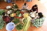 Gói bánh tặng lực lượng kiểm soát phòng dịch nhân dịp Tết Đoan Ngọ