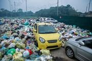 [Photo] Kỳ lạ chuyện rác tràn ra đường phố, bủa vây xế hộp