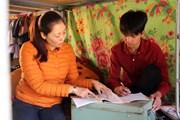 [Photo] Giáo viên đỡ đầu, tiếp sức cho học sinh nghèo đến trường