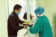 Dịch nCoV: Bác sỹ phát cơm tận phòng cho người Trung Quốc bị cách ly