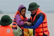 Những hình ảnh cảm động về người chiến sỹ tham gia cứu hộ trong mưa lũ
