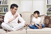 """Vì sao cha mẹ phải """"uốn lưỡi bảy lần"""" trước khi dạy con?"""