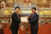 """Trao huy hiệu """"Vì sự nghiệp xây dựng Thủ đô"""" tặng Phó Đại sứ Nhật Bản"""