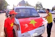 """Hình ảnh Vientiane """"nóng rực"""" vì sắc đỏ cổ động viên Việt Nam"""