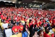 Hình ảnh cổ động viên Việt Nam phủ đỏ khán đài sân Bukit Jalil
