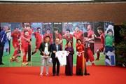Tiếp nhận chiếc áo, quả bóng có chữ ký của các tuyển thủ Việt Nam