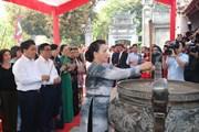 Hình ảnh Chủ tịch Quốc hội dâng hương tại Đền thờ Hai Bà Trưng