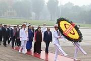 Hình ảnh các đại biểu Quốc hội vào Lăng viếng Chủ tịch Hồ Chí Minh