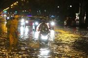 Đường phố Hà Nội ngập sâu sau cơn mưa giải nhiệt tối 10/6
