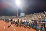 Khán giả tràn xuống sân, trận Hà Tĩnh-Hà Nội gián đoạn gần 30 phút