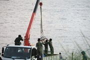Hình ảnh nín thở xem công binh trục vớt quả bom nằm sát cầu Long Biên