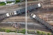 Cận cảnh tàu điện ngầm Hong Kong trật bánh khiến 8 người bị thương