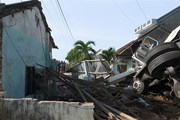 Nghệ An: Xe đầu kéo mất lái đâm sập nhà dân, hai người bị thương