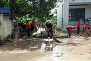 Khánh Hòa: Giáo viên lội bùn dọn vệ sinh trong ngày 20/11