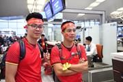 Cổ động viên Việt Nam tiếp tục 'nhuộm đỏ' sân bay trước giờ bóng lăn