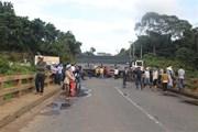 Xe tải mất lái treo lơ lửng trên cầu, QL20 đoạn qua Lâm Đồng tê liệt