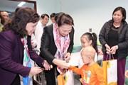 Chủ tịch Quốc hội trao quà Tết tặng bệnh nhi ung thư Bệnh viện Nhi TW