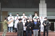 Hình ảnh các bệnh nhân mắc COVID-19 khỏi bệnh được ra viện ngày 2/4