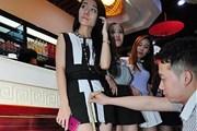 Ưu đãi khác lạ ở Trung Quốc: Mặc váy càng ngắn giảm giá càng nhiều