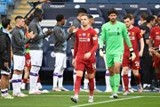 Cận cảnh Liverpool oai phong ra sân và... 'cái kết bất ngờ'
