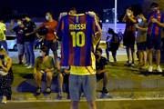 Cổ động viên tập trung bên ngoài trụ sở Barca sau khi Messi đòi ra đi