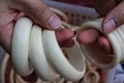 [Photo] Ngập tràn trang sức chế tác từ ngà voi trên 'thị trường đen'