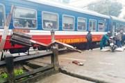 Tàu khách Bắc-Nam 'tông' xe tải mất phanh, đầu máy hư hỏng nặng