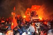 Người dân đổ ra đường 'đi bão' khi Việt Nam vô địch AFF Cup 2018