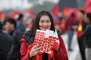 Nữ cổ động viên rực lửa tới sân Mỹ Đình cổ vũ đội tuyển Việt Nam