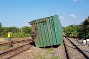 Tàu hàng bị lật do trật bánh làm tê liệt tuyến đường sắt Bắc-Nam