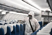 [Photo] Tiến hành khử trùng máy bay về Việt Nam để phòng virus corona