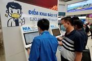 Sân bay Nội Bài bố trí nhân viên hỗ trợ khách khai báo y tế trực tuyến