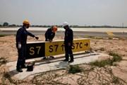 [Photo] Nhân viên sân bay Nội Bài căng mình làm việc dưới nắng nóng
