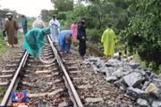 [Video] Hệ thống đường sắt Nam-Bắc tê liệt vì sạt lở sau mưa lớn
