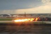 [Photo] Máy bay Superjet 100 của Nga cháy rừng rực trên đường băng