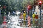 [Photo] Cơn mưa chiều gây ngập úng một số tuyến phố ở Hà Nội