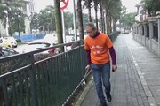 Triệu phú Trung Quốc dành thời gian rỗi đi dọn rác trên đường phố